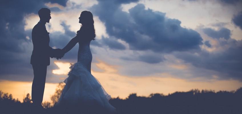 Svatby pod širým nebem jsou romantickým trendem. Jak si ozvláštnit tento den?
