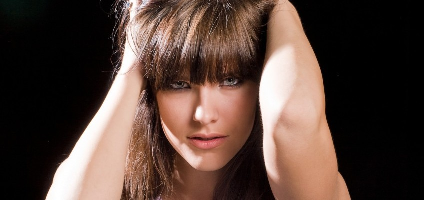 Jak na dovolené pečovat o vlasy? Základem je hydratace!