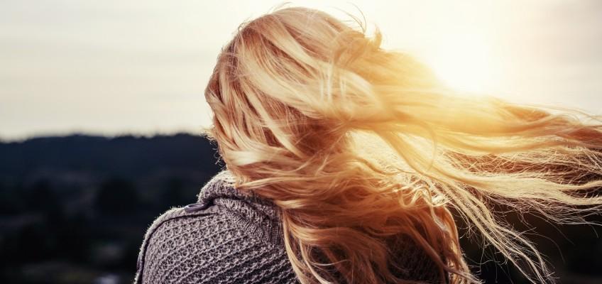 Lesklé vlasy snadno a rychle? Jde to i bez syntetických látek a silikonů!