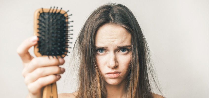 Trápí vás nadměrné vypadávání vlasů? Na vině může být hned několik faktorů!