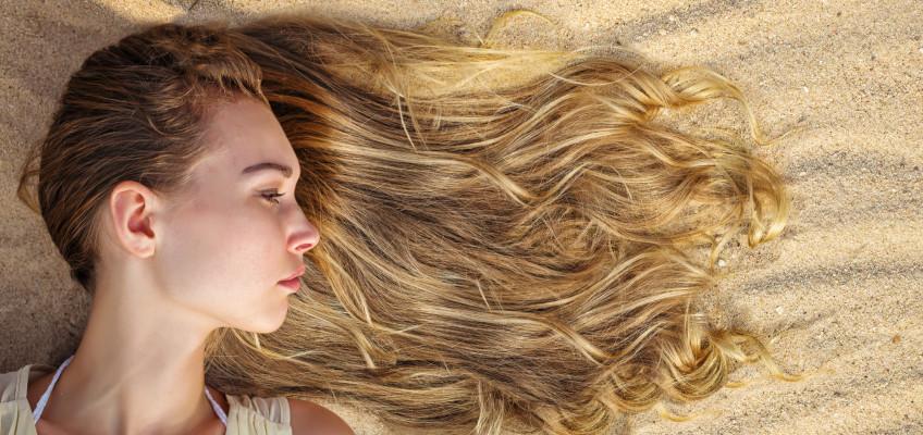 Vlasy zničené od soli a sluníčka. Jaké přípravky používat u moře?