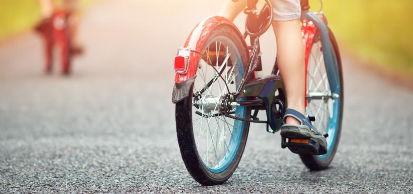 Nebojte se svého školáka pustit na kolo. Naučte jej hravě pravidla silničního provozu