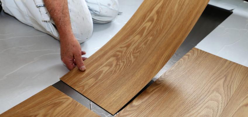 Vinylová podlaha je funkční a levnější alternativou drahého dřeva. Ztělesňuje moderní domov
