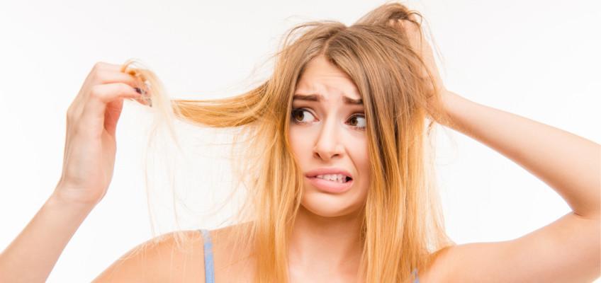 Máte po létě vysušené a poničené vlasy? Máme pro vás čtyři tipy, jak je vrátit do formy
