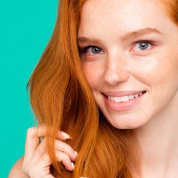 Tři kroky, které vám pomohou udržet vlasy hydratované i v létě