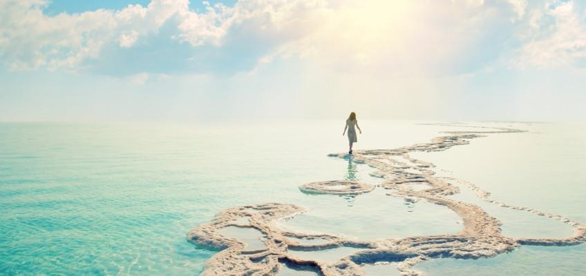 Zařaďte na podzim do péče o pleť peeling se solí z Mrtvého moře